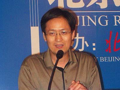 上图为中国人民大学土地管理系主任叶剑平教授在谈图片